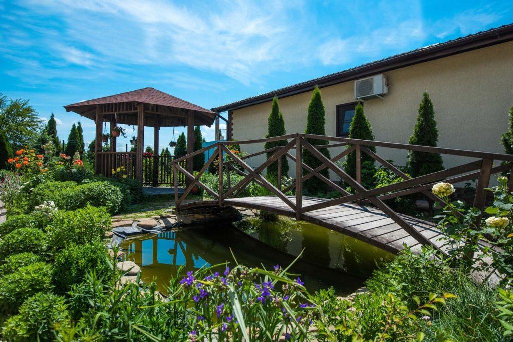 Территория СПА-отеля Распутин с горячими бассейнами