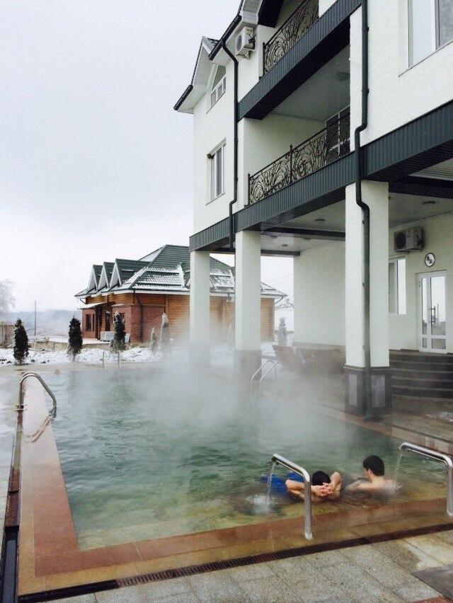 Горячий бассейн и здание гостиницы Аушигер