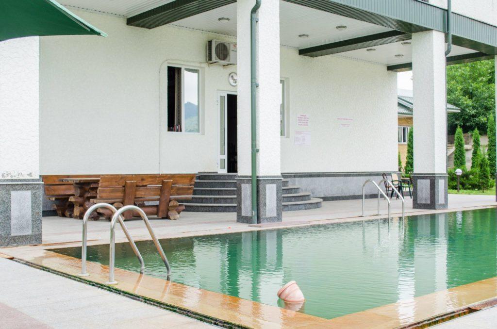 Бассейн и отель Аушигер