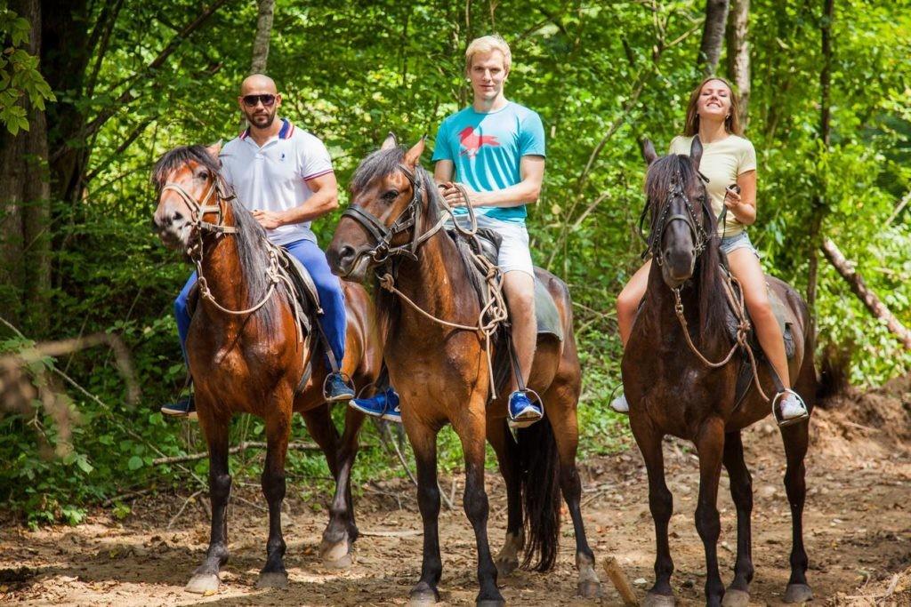 """Катание на лошадях на базе отдыха """"Водолей"""" в Гуамском ущелье"""